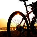 Czy jazda na rowerze w kasku może sprzyjać powstaniu trądzika na czole?